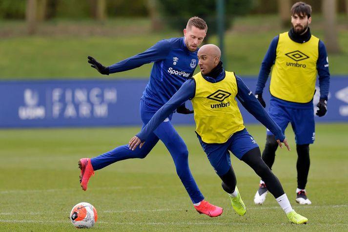 Fabian Delph og Gylfi Þór Sigurðsson í baráttu við hvorn annan á æfingu hjá Everton á síðasta ári.