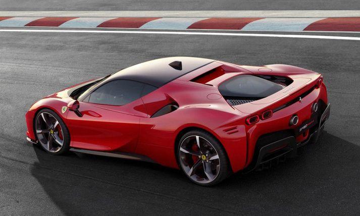 Ferrari SF90 Stradale er með ógnarafl og leit er að bíl sem er sneggri á sprettinum.