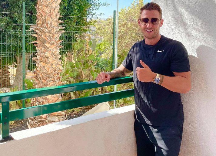 Gary Martin á svölunum á hótelinu á Tenerife. Gæti verið í einangrun á verri stað.
