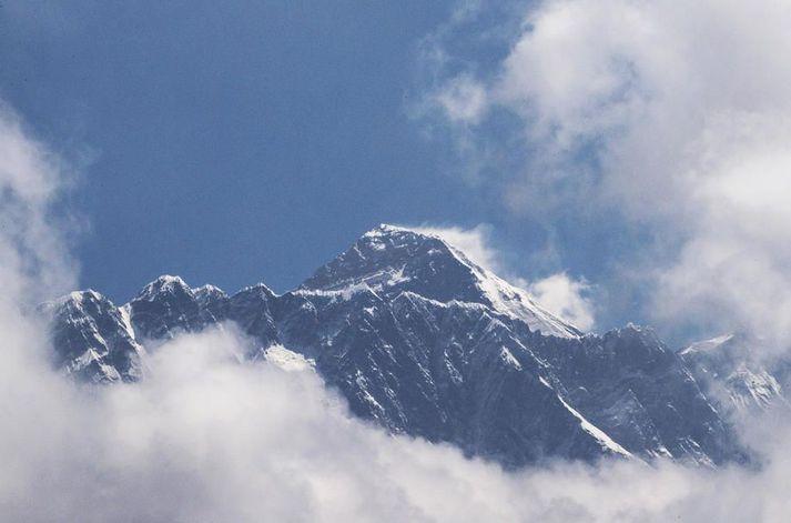 Á fjórða hundrað manna hefur látið lífið í hlíðum Everest-fjalls, hæsta fjalls jarðar.
