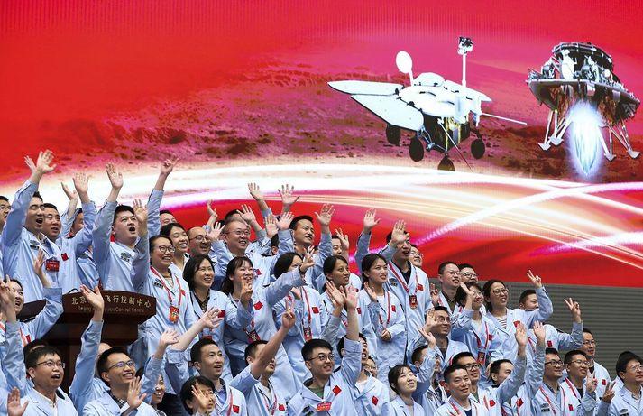 Starfsmenn Geimvísindastofnunar Kína fögnuðu lendingunni ákaft.