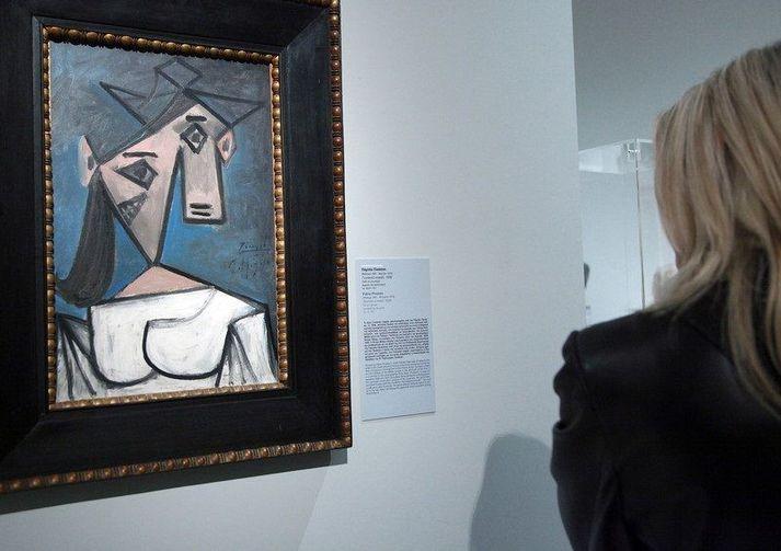 Konuhöfuð er málað í kúbönskum stíl Picassos. Myndin er tekin árið 2012, áður en verkinu var stolið af Listasafni Grikklands í Aþenu.