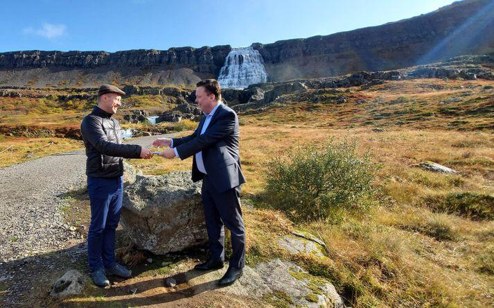 Guðmundur Ingi Guðbrandsson umhverfisráðherra og Birkir Jón Jónsson, stjórnarformaður RARIK, við Dynjanda í dag.