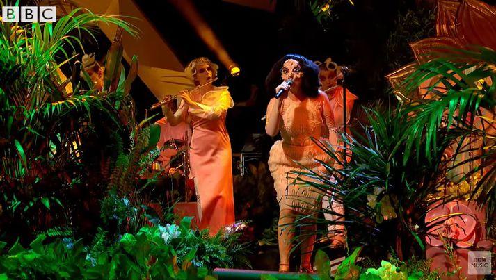 Björk í stúdíói BBC í gærkvöldi.