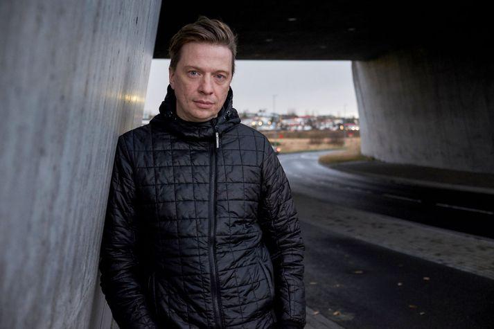 Baldvin situr sveittur við skriftir.