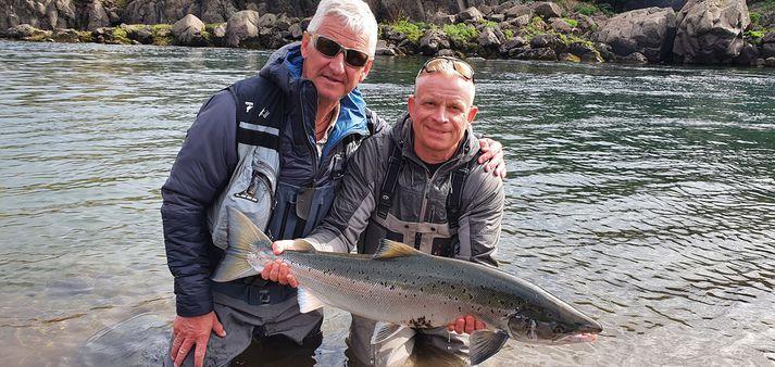 Árni Baldursson og Jóhannes Hinriksson saman á góðri stund með 88 sm laxinn.