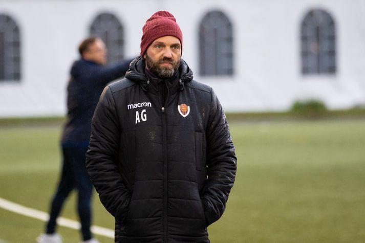 Arnar Gunnlaugsson og lærisveinar í Víkingi mæta Valsmönnum í dag en bein útsending hefst kl. 17:45.