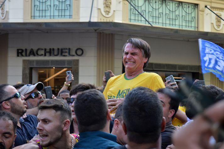 Bolsonaro hvatti stuðningsmenn sína til dáða eftir að hann var stunginn í Ríó á fimmtudaginn. Hann þykir líklegur til afreka á kjördag.