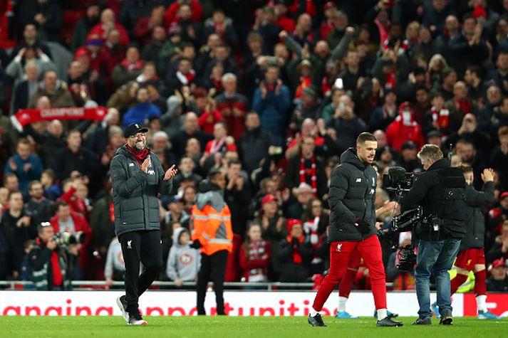 Klopp og Henderson fagna með stuðningsmönnum Liverpool.