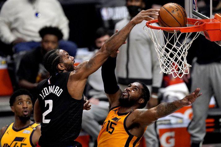 Kawhi Leonard treður hér yfir Derrick Favors, miðherja Utah Jazz, í leiknum í nótt.
