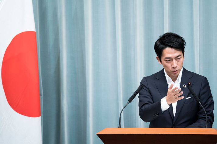 Shinjiro Koizumi er sonur fyrrverandi forsætisráðherra landsins, Junichiro Koizumi, sem gegndi embætti á árunum 2001 til 2006.