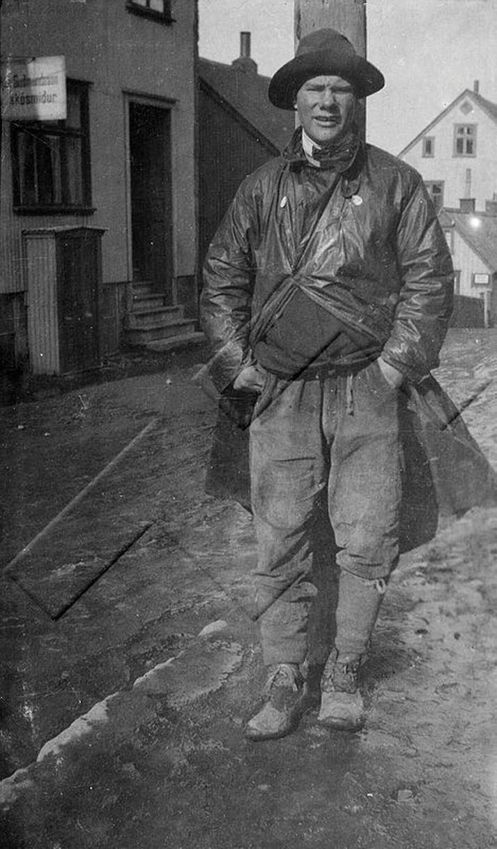 Ólafur Magnússon eða Óli Maggadon eins og hann var kallaður (1901-1975), einn af svokölluðum kynlegu kvistunum á götum borgarinnar eins og segir í myndatexta Ljósmyndasafns Reykjavíkur