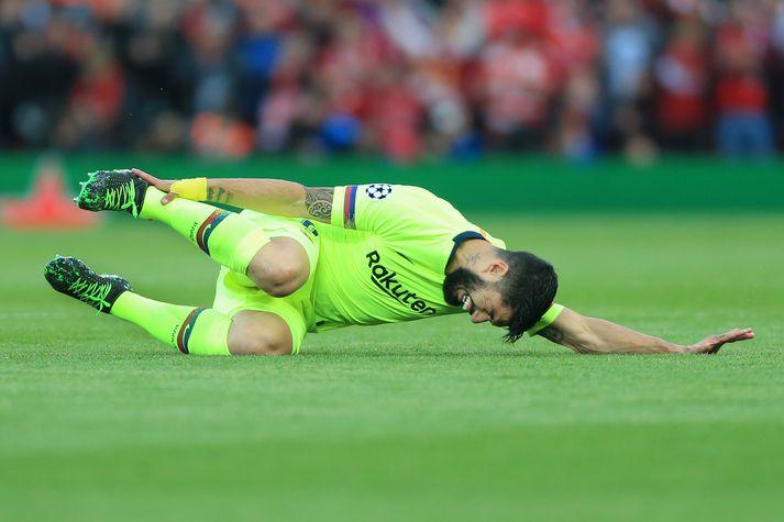 Suarez liggur eftir í leiknum gegn Liverpool.