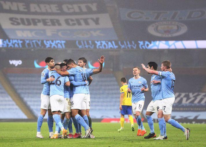 Leikmenn Man City gátu ekki stillt sig um faðmlög þegar Phil Foden skoraði gegn Brighton á dögunum.