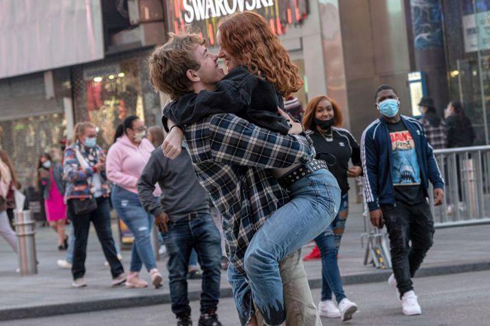 Hér má sjá hamingjusamt par á Times Square í New York. Fengi þessi mynd að lifa af á Facebook eftir sambandsslit?