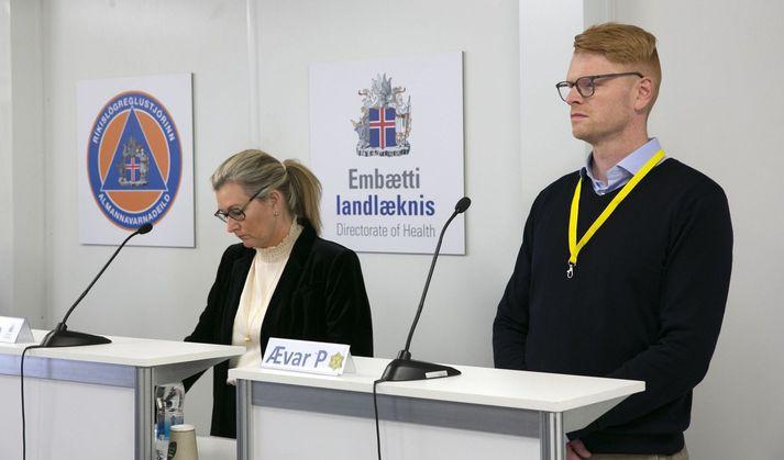 Ævar Pálmi sést hér ásamt Ölmu Möller landlækni, á einum fjölmargra upplýsingafunda landlæknis og almannavarna vegna kórónuveirufaraldursins.
