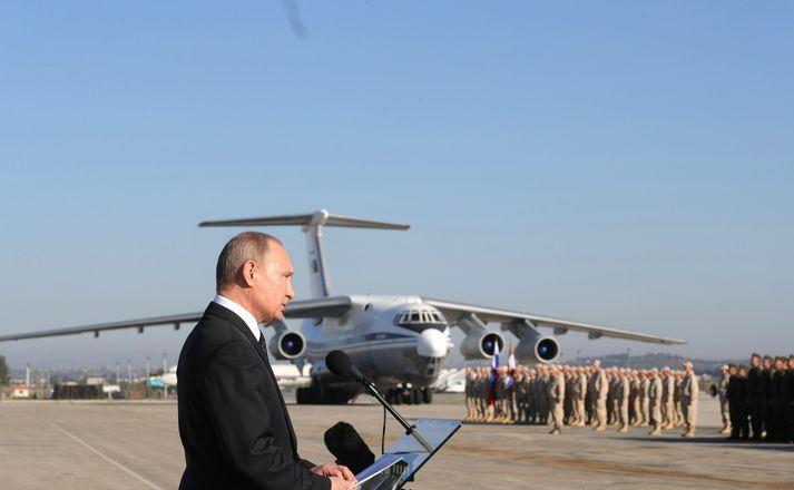 Vladimir Putin ræðir við hermenn í Sýrlandi.