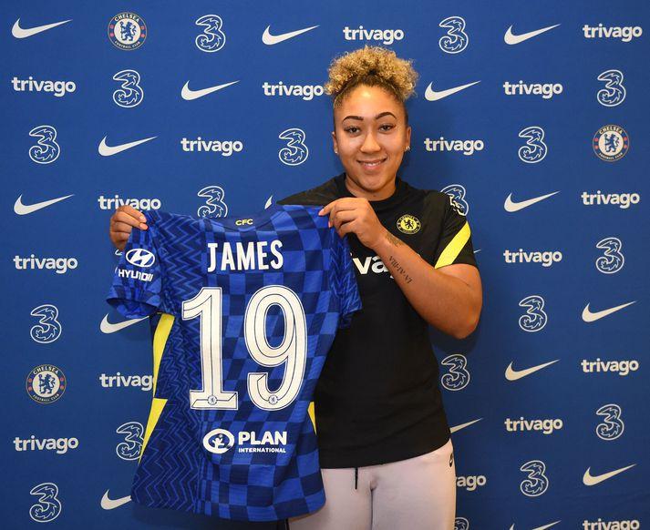 Lauren James með treyju Chelsea.