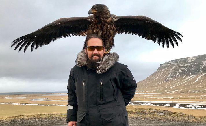 Snorri Rafnsson með örninn sem hann fangaði um átta kílómetra frá Ólafsvík. Hann sýndi ferlið allt saman á Snapchat.