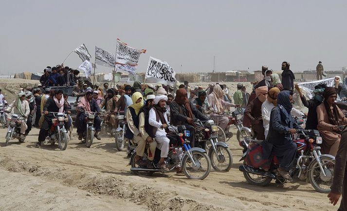 Stuðningsmenn Talibana fagna yfirtöku þeirra á landamærabænum Spin Boldaka fyrr í júlí.