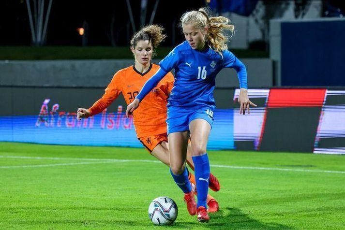 Amanda Andradóttir á ferðinni á Laugardalsvelli í gær, gegn Evrópumeisturum Hollands, í sínum fyrsta A-landsleik.