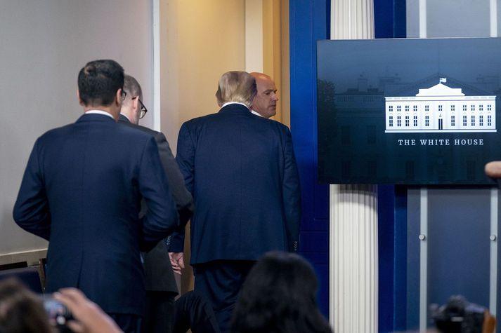 Donald Trump yfirgaf herbergið þegar honum var tilkynnt um skotárás skammt frá Hvíta húsinu.