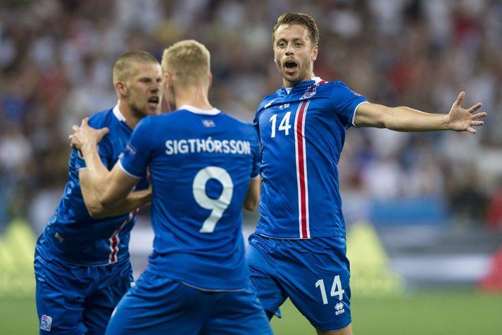 Kári Árnason fagnar marki Kolbeins Sigþórssonar á EM 2016 með Kolbein og Jóhanni Berg Guðmundssyni.