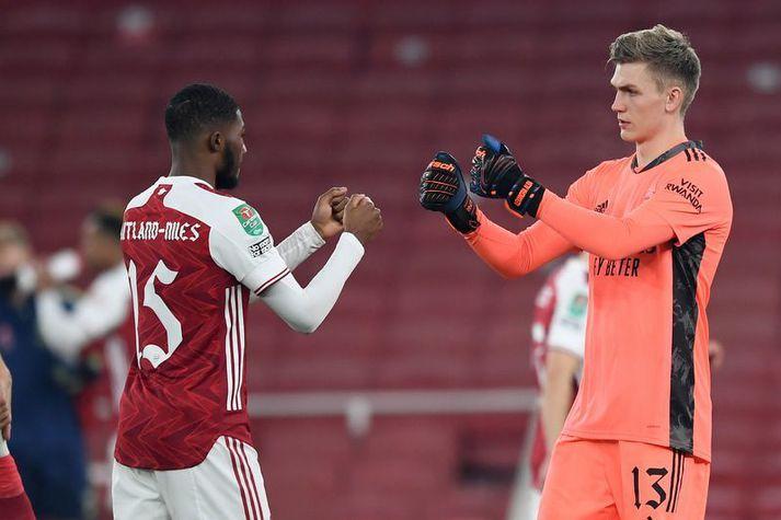 Rúnar Alex Rúnarsson með Ainsley Maitland-Niles fyrir leik Arsenal á móti Manchester City í enska deildabikarnum í vetur.
