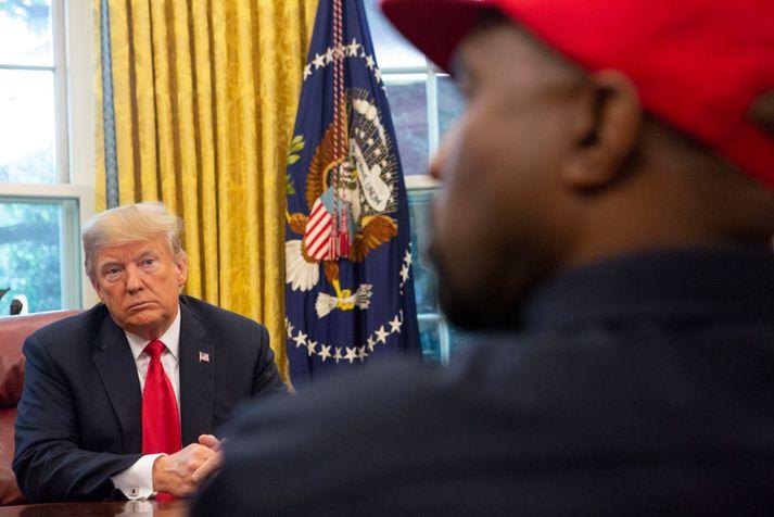 Trump á fundi með Kanye West í Hvíta húsinu í fyrra. Hingað til hefur farið vel á með þeim kumpánum, og virðist West ætla að nýta sér velvild forsetans til að fá vin sinn lausan úr fangelsi.