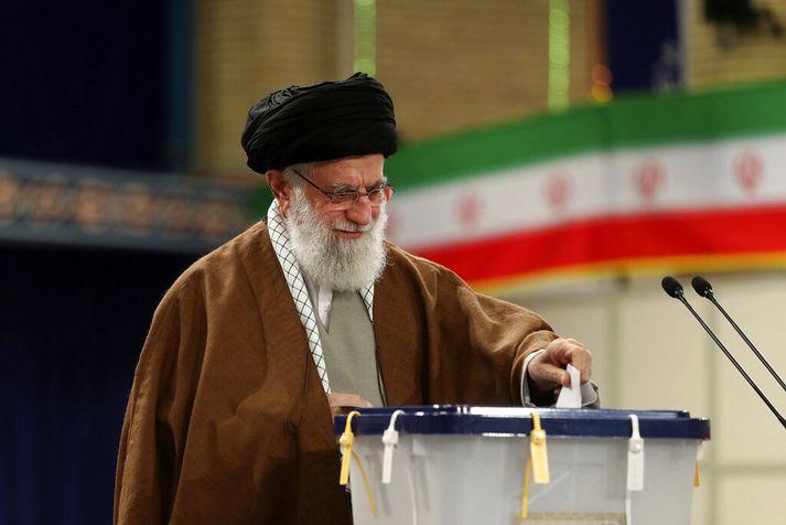 Ajatollah Ali Khamenei sagði það trúarlega skyldu að kjósa.