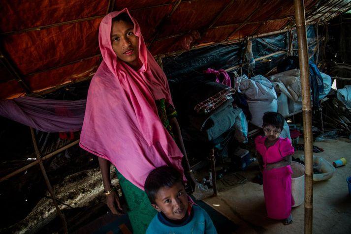 Róhingjakona ásamt börnum í flóttamannabúðunum í Bangladess.