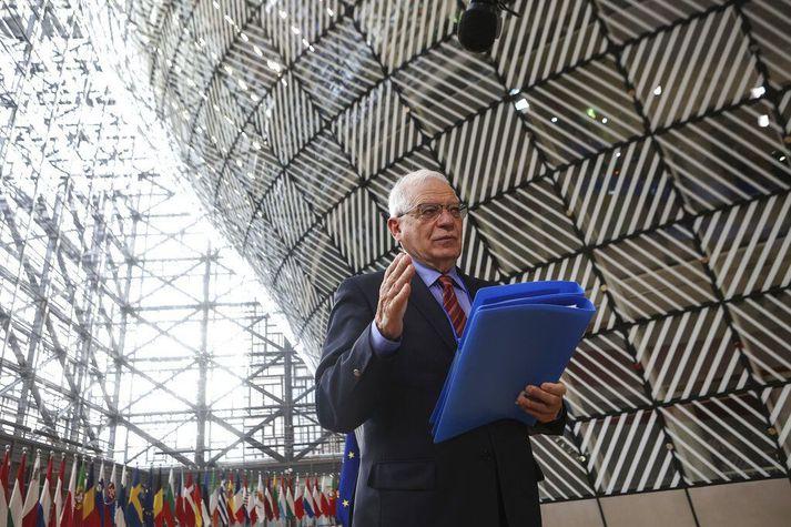 Josep Borrell, utanríkismálastjóri ESB, ræðir við fjölmiðla fyrir fund utanríkisráðherra sambandsins í Brussel, mánudaginn 22. mars 2021.