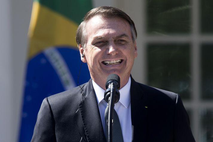 Bolsonaro var kampakátur í Hvíta húsinu í gær. Ekki eru allir landar hans eins kátir með störf hans sem forseti.