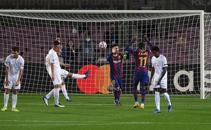 Messi og Dembele fagna síðasta marki kvöldsins hjá Barcelona.