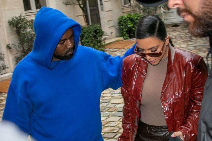 Kim Kardashian West og Kanye West í París í mars á síðasta ári. Fyrsta heimsókn hennar í borgina frá því að hún varð fyrir líkamsárás , hótað lífsláti og skartgripir fyrir mörg hundruð milljónir teknir af hótelherbergi hennar.