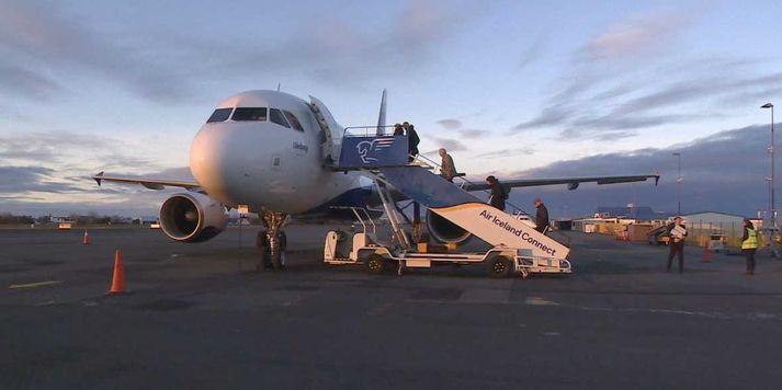 Síðustu farþegarnir ganga um borð á Reykjavíkurflugvelli í morgun.