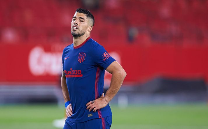 Luis Suarez gæti misst af mikilvægum leikjum í titilbaráttunni.