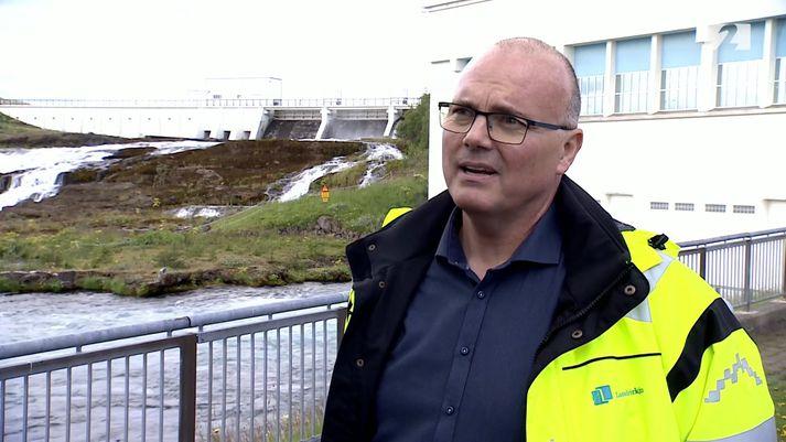 Jóhann Snorri Bjarnason, stöðvarstjóri Landsvirkjunar á Sogssvæði, staddur framan við Ljósafossstöð.