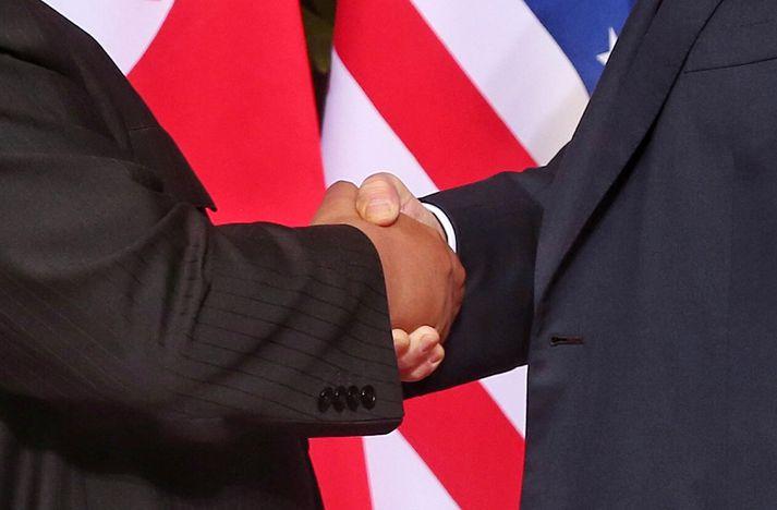 Kim og Trump tóku höndum saman um yfirlýsingu þar sem stefnt er að friði á Kóreuskaga.