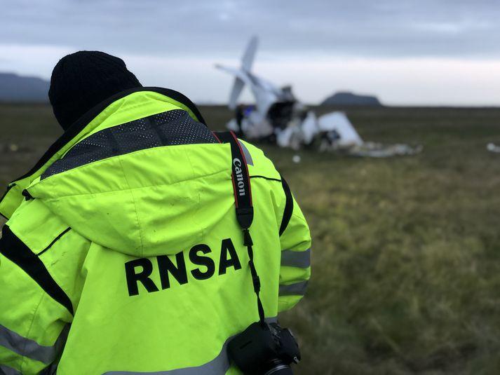 Fulltrúi frá Rannsóknarnefnd samgönguslysa á vettvangi flugslyssins í Fljótshlíð.