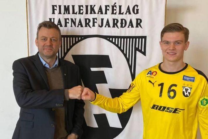 Formaðurinn Ásgeir Jónsson sést hér bjóða Svavar Inga velkominn í FH.