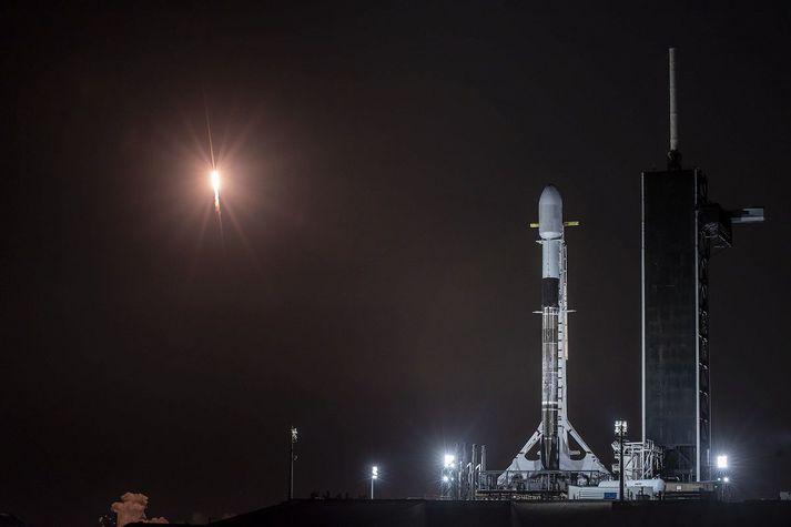 Frá geimskoti SpaceX fyrr í mánuðinum. Hér má sjá eina eldflaug lenda á meðan önnur er klár á skotpalli.