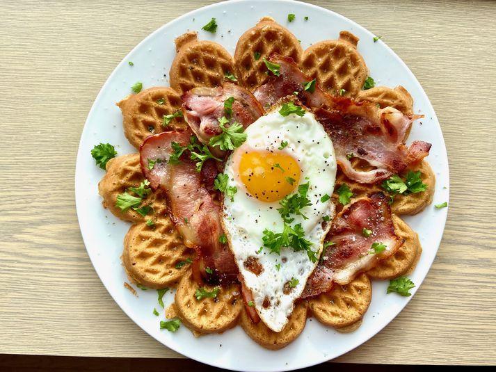 Íslendingar kunna að velja gúmmelaði ofan á vöfflur. Beikon og egg nýtur vinsælda í vöfflubröns.