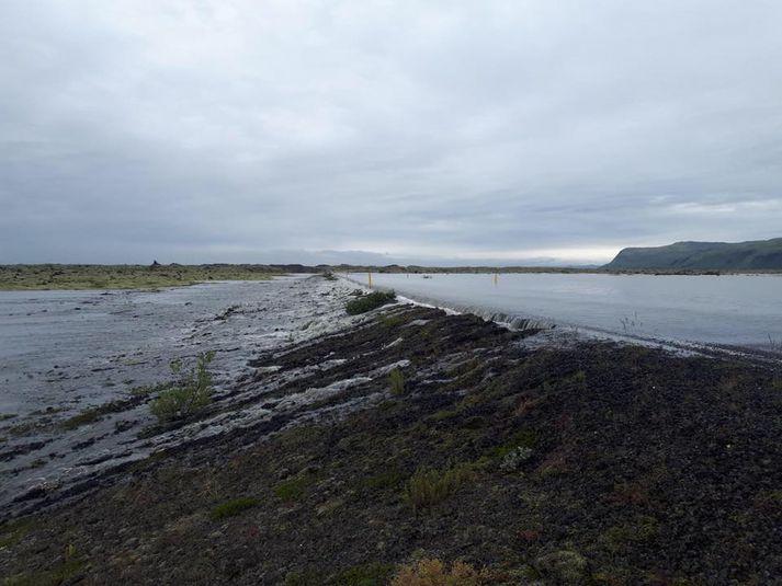 Þjóðvegi 1 við Eldhraun var lokað í dag vegna vatns úr Skaftárhlaupi sem flæddi yfir veginn. Svona var umhorfs á vegkaflanum í morgun.