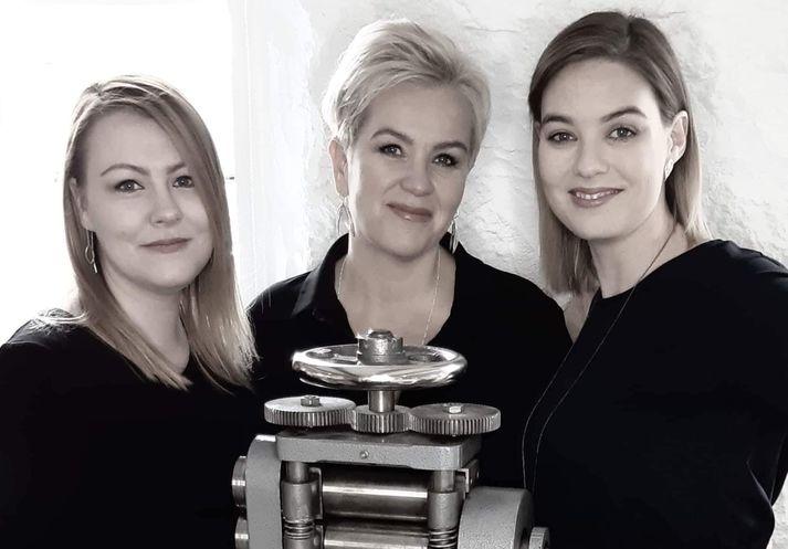 Bak við Raus Jewelry standa, Svana Berglind Karlsdóttir, Rut Ragnarsdóttir og Auður Hinriksdóttir.