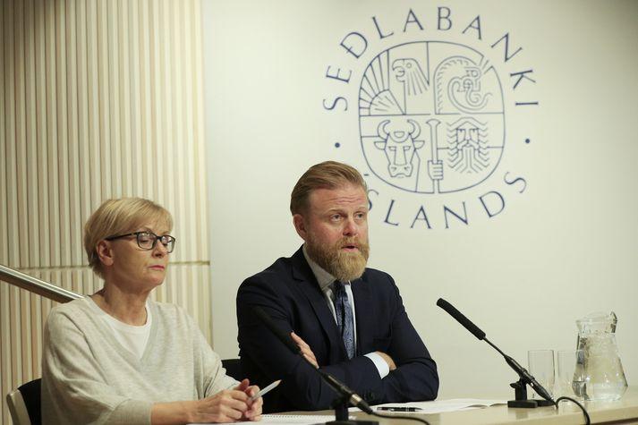 Rannveig Sigurðardóttir, aðstoðarseðlabankastjóri, og Ásgeir Jónsson, seðlabankastjóri, á kynningarfundi peningastefnunefndar í morgun.
