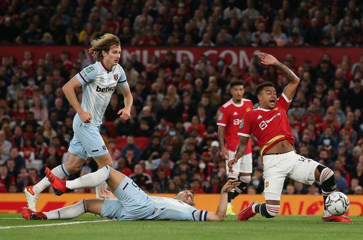 Atvikið umtalaða í leik Manchester United og West Ham þegar Jesse Lingard féll í vítateig Hamranna eftir baráttu við Mark Noble.