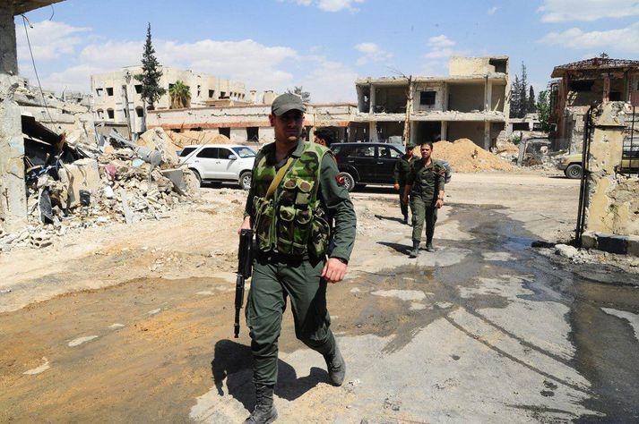 Hermenn á gangi í Douma.