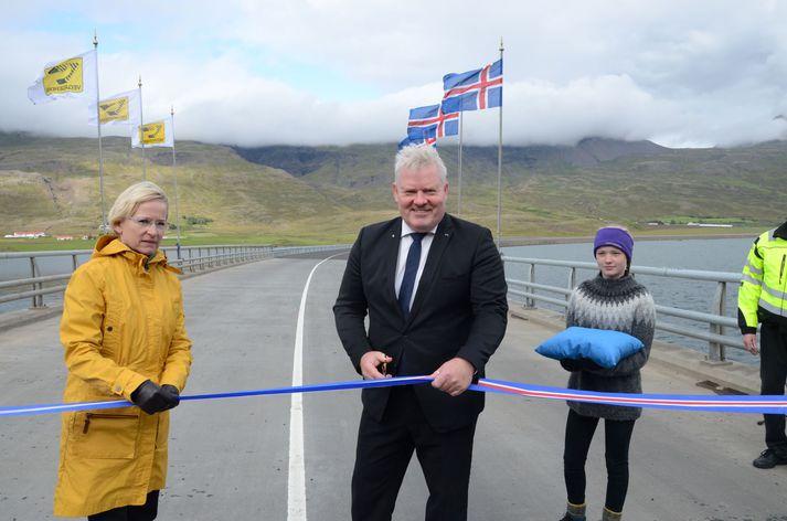 Sigurður Ingi Jóhannsson samgönguráðherra klippir á borðann í dag. Með honum á mynd er Bergþóra Þorkelsdóttir forstjóri Vegagerðarinnar.