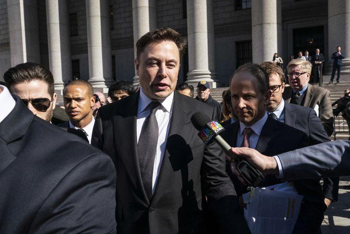 Elon Musk fyrir utan alríkisdómsal í New York.